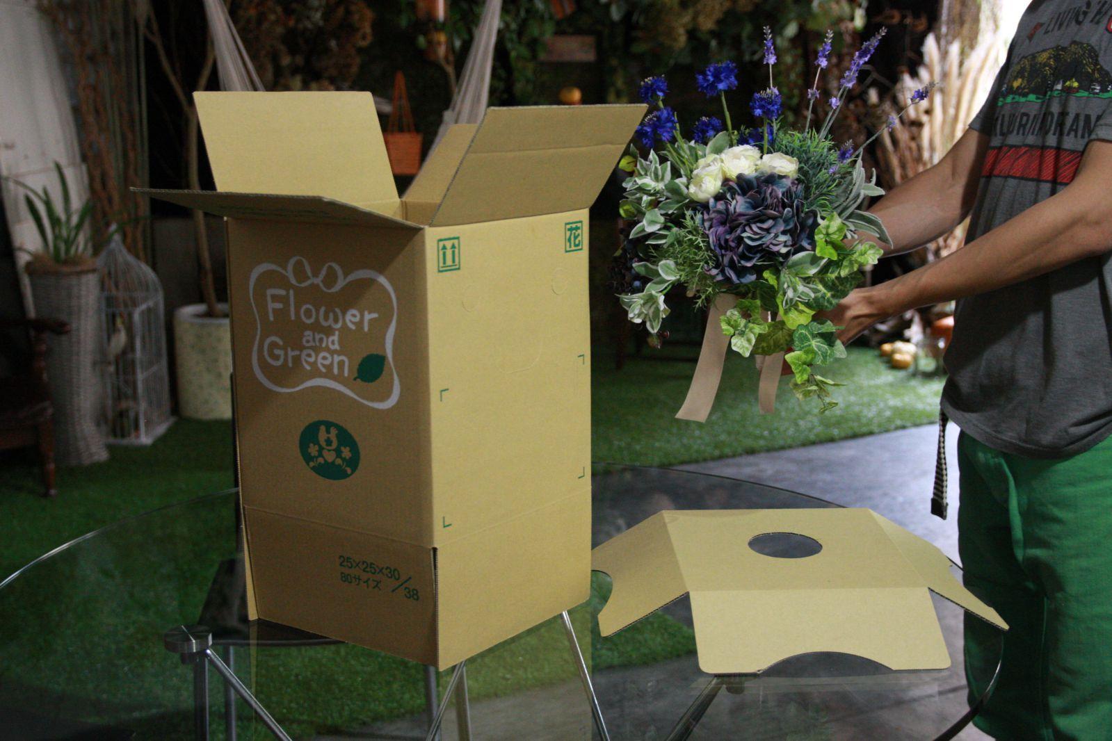 造花ブーケの梱包作業